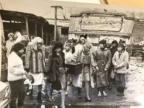 Compañeras travestis llevando el cajón con el cuerpo de Nancy de Martelli. Agosto de 1987. Foto: revista Esto