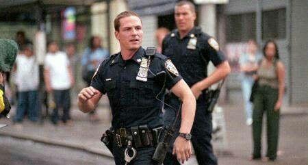 走っている警官