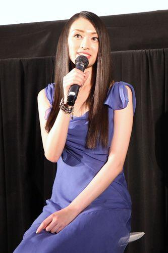 青色ドレスの栗山千明