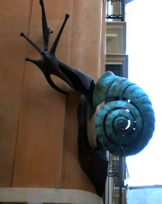 Caracol - Escultura en bronce de Chiqui Díaz. Esquina de las calles Lagar y Puente y Pellón (Sevilla).