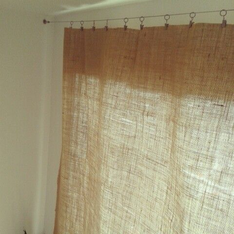 cortina de tela de saco sujeta con pinzas a cable de acero On cortinas de saco