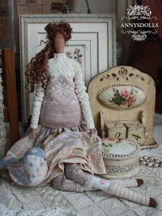 Suéter rosa lechoso Clara adorna Linda melange. Armonía de patchwork con delicado suéter y medias de rayas de la falda. Clara cosida de parches de color del pájaro, aletea su asimiento en los botones de tul y decoradas.