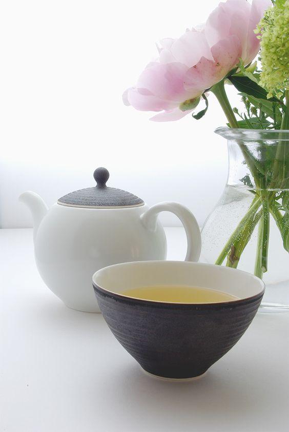 華やかの芍薬のシーズもそろそろ終わりだそうで、記念で事務所用茶器の新入りと一枚。お茶:ハイティーの金萱緑茶