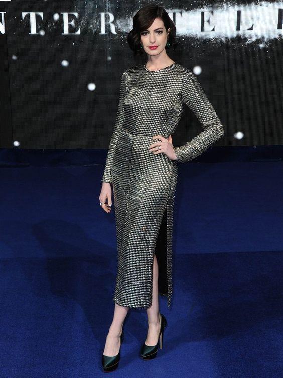 Anne Hathaway dá show de estilo nas pré-estreias de 'Interestelar':