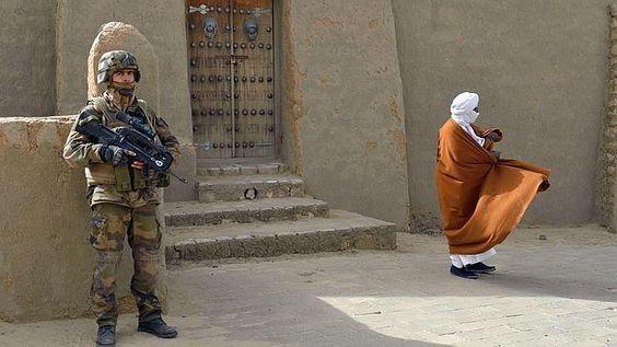 Militar francés custodia una de las principales mezquitas de Tombuctú, foto France Presse