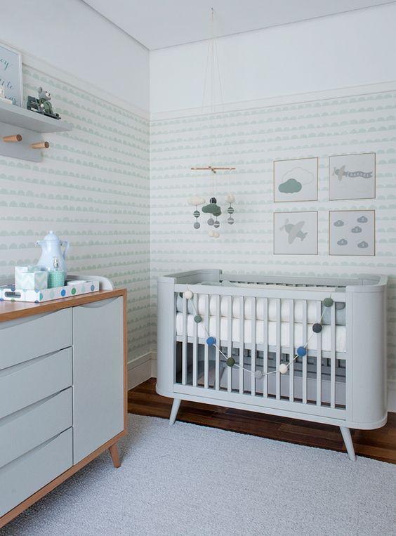 Quarto de bebê - decoração moderna - verde menta branco madeira clara e cinza - berço e quadrinhos de aviãozinho e nuvem ( Projeto: Triplex Arquitetura ):