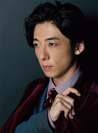 ブルーのジャケットに赤いコートを着ている高橋一生の画像