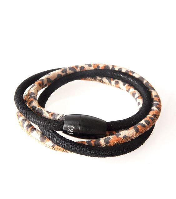 Más match Cheeta wikkelarmband. Wij houden van combineren en veranderen. Soms vraagt een outfit om gedurfde kleuren in een sieraad en soms juist om eenvoud en ton sur ton tonen.