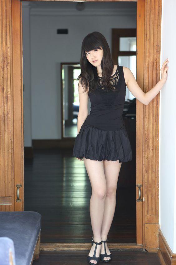 鈴木愛理超ミニスカートが可愛い画像