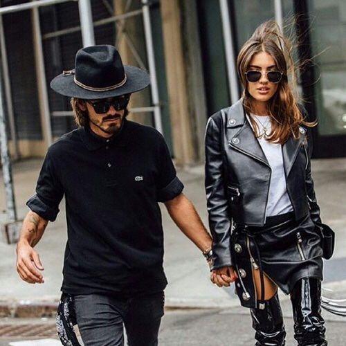 黒コーデ ラコステロングスリーブポロシャツ×ブラックジーンズ
