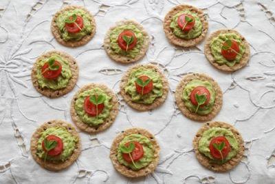 Silvestrovské chuťovky: Špaldovo-pohankové krekry s hráškovým pestem | Jóga dnes