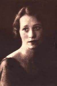 Edna St. Vincent Millay 1892- 1950 poetisa lírica, dramaturga y feminista estadounidense. Fue la primera mujer en recibir el Premio Pulitzer de Poesía tal y como se conoce.  Destacó por ser una mujer liberada y adelantada a su tiempo tanto en su vida como su obra.Influyó decisivamente en generaciones posteriores de escritoras, convirtiéndose en un gran icono femenino. Thomas Hardy dijo una vez que EEUU tenía dos grandes atractivos: los rascacielos y la poesía de Edna St. Vincent Millay.: