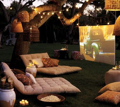 I've been talking, for years now, that I'd like to be able to watch movie in my backyard (no shame of watching a movie even though it's a beautiful day! ;) )  I just never thought it could be so cute!!!