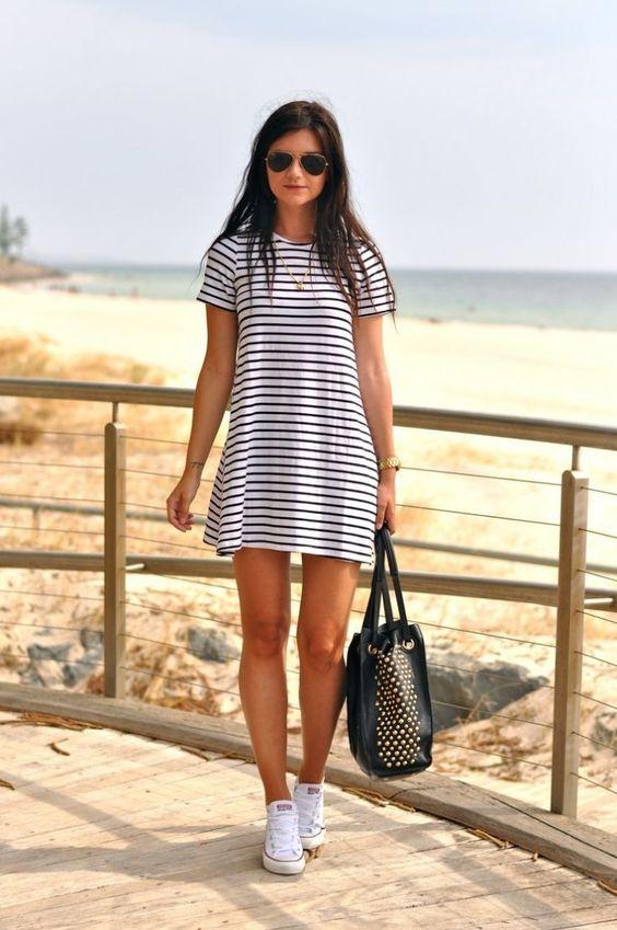 vestido-preto-branco-listras-camiseta-tênis-branco-tendência: