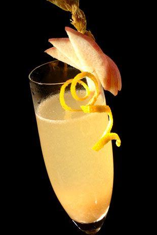 Der Cocktail Bellini ist vermutlich einer der bekanntesten Champagner-Drinks. Pfirsich und Apricot Brandy harmonieren hervorragend mit dem prickelnden Champagner.