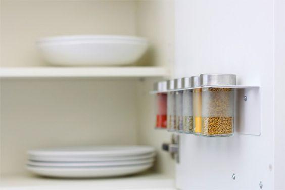 Gewürzglashalter mit Droppar Gläsern, montiert in einem Küchenschrank