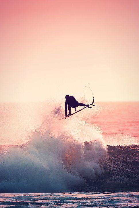 波寄りの高く飛んだサーファー
