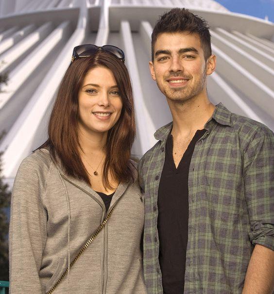 Ashley Greene manda recado após Joe Jonas ter contado que perdeu virgindade com a atriz