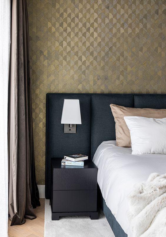 behang met een glansje zorgt voor een chique uitstraling inje slaapkamer