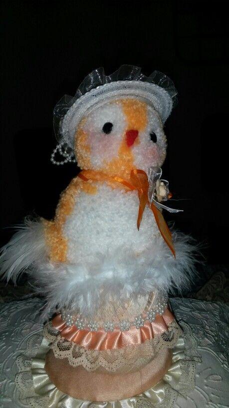 Gallina anidando es un primoroso pompom  decorativo hilo para tricot