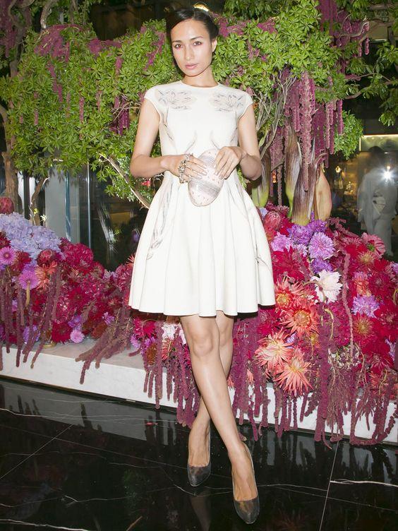 白いワンピースを着て立っている美脚な佐田真由美の画像