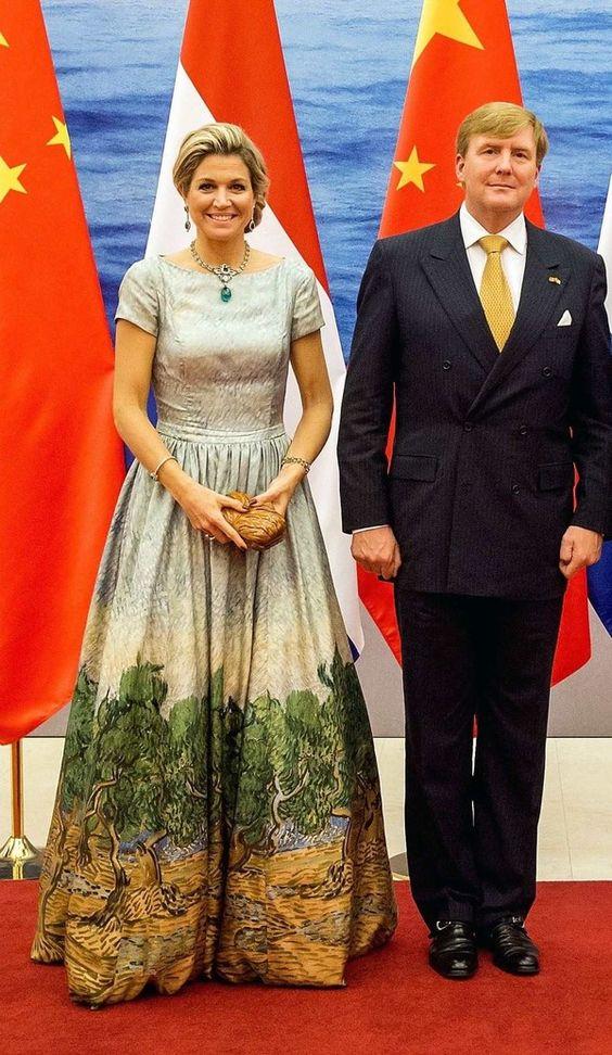 De jurk van koningin Máxima is ontworpen door de Nederlandse couturier Mattijs van Bergen. Het is een lichtgroene jurk met in de rok een afdruk die geïnspireerd is op de schilderkunsten van Vincent van Gogh. Een bijzondere keuze: zo neemt de koningin een stukje Nederland mee naar China! Oktober 2015. You can buy this dress now at the Dutch Design shop X Bank in Amsterdam.