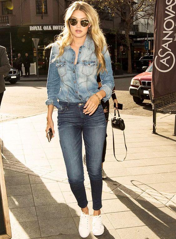 street-style-da-modelo-gigi-hadid-camisa-jeans-calca-jeans-tenis-branco: