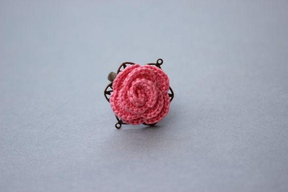 """Bague ajustable au crochet """"jolie rose"""" - fil coton couleur rose pâle - métal bronze - : Bague par pepee-fantaisies"""