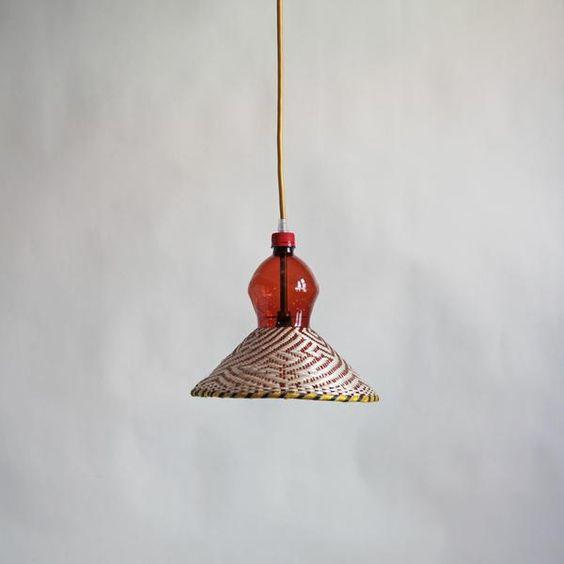 Lámpara de diseño industrial en tonalidades rojas