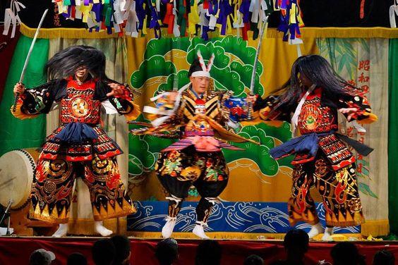 広島の神楽 先日と似たような写真ですが少し動きのあるやつです舞台のすぐ目の前では子ども達がかぶり付きで神楽観賞  by t_kaze