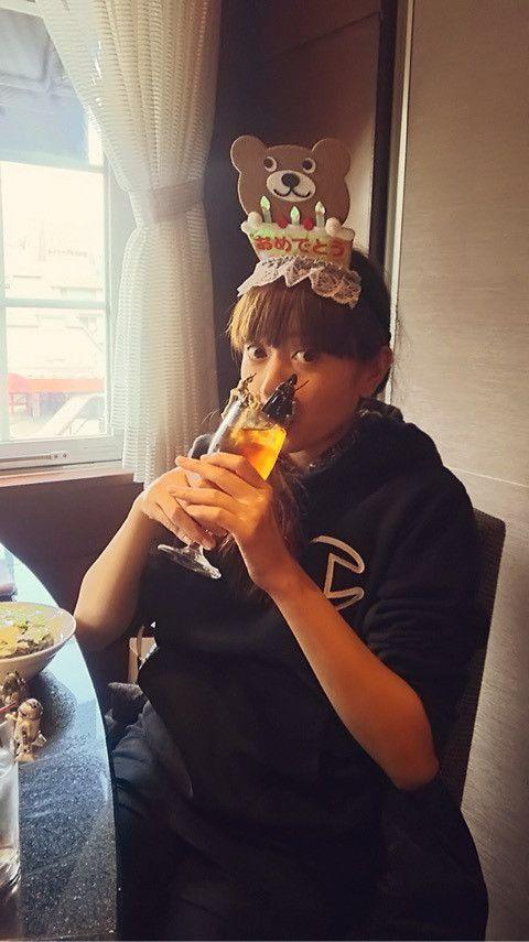 頭にケーキをもったクマを乗せてジュースを飲んでいる片瀬那奈の画像