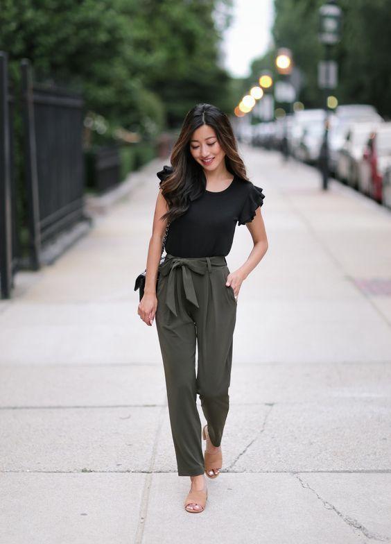 6 dicas para dar um toque de classe no look - #GuitaModa. Blusa preta, calça clochard verde militar, sandália estilo slide nude