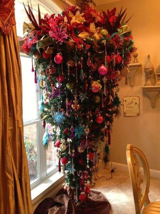 Albero Di Natale Capovolto.Albero Di Natale Rovesciato Coloratissimo Upside Down Christmas Tree Unique Christmas Trees Amazing Christmas Trees