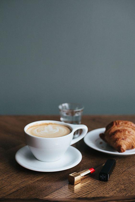 Café, coirssant et rouge à lèvres