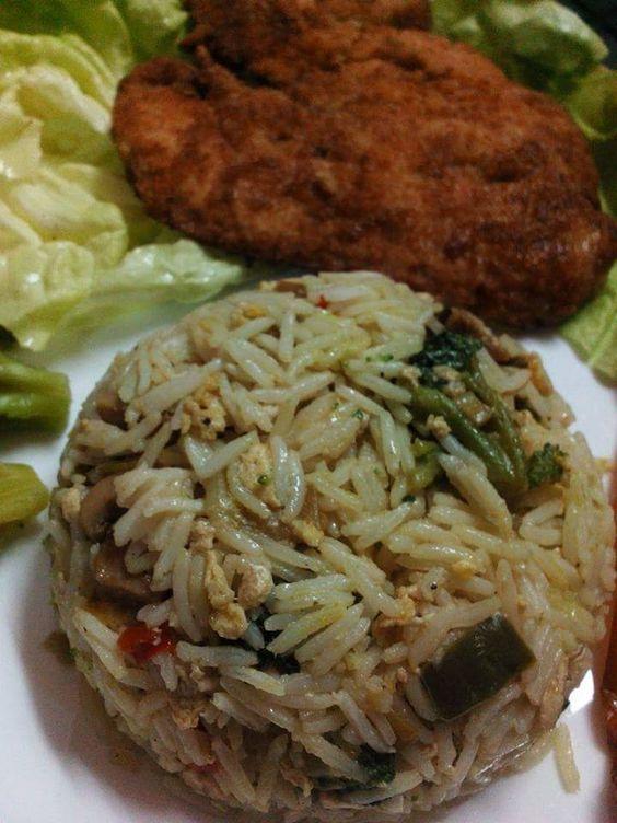 Ingrédients pour le riz: 300 gr de riz basmati cuit et égoutté 2 oignons verts émincés 1 gousse d'ail hachée 1 piment vert émincé en rondelles 1/2 poivron rouge et 1/2 poivron vert émincés 1 boite de champignons de paris 3 cas huile de tournesol et huile...