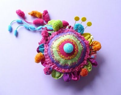 very colorful pincushion...nice tutorial though it's not in English...other tutorials