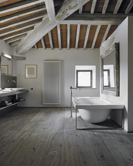 Baño Gris Con Madera:Vigas de madera gris en el baño #moderno #techo