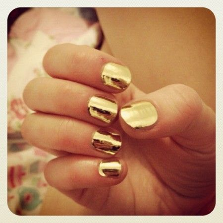 Rachel Higham might want to wear sunglasses with her nail art. This gold inspired nail art is not only awesome but it's also blinding. Such a cute idea for summer.: Makeup Nails, Gold Mirror, Metallic Gold Nail Polish, Gold Nails, Gold Gold, Gold Polish, Awesome Gold, Golden Nails
