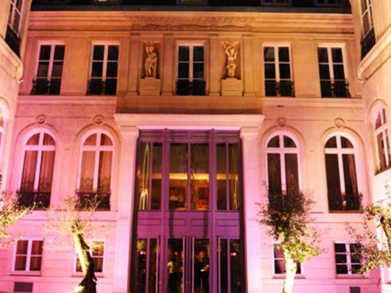 Situé dans le 9e arrondissement, l'Hôtel Particulier est construit autour d'une terrasse privative aux couleurs d'exotisme.