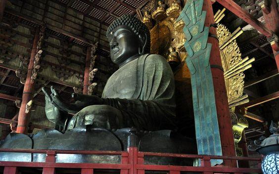 東大寺盧舎那仏像:東大寺大仏殿本尊で通称・奈良の大仏。745年に聖武天皇発願で制作を開始し、総工費4657億円(現在)と28年をかけて完成した。752年には要人含む参列者1万数千人を前に、インド出身の僧・菩提僊那が開眼供養を行った。