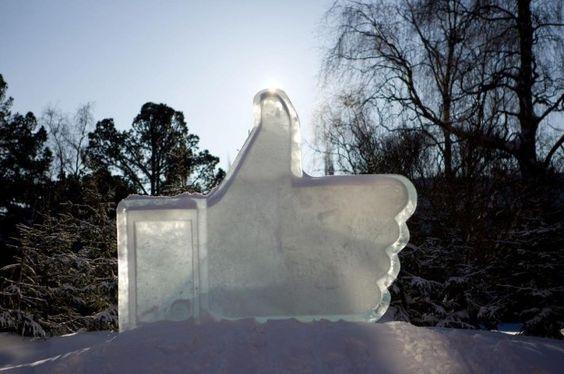 """FOTO: símbolo do """"curtir"""" do Facebook vira escultura de gelo na Suécia"""