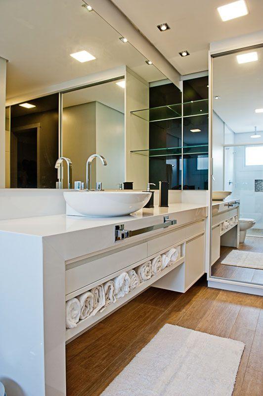 banheiro moderno e claro, os espelhos conferem amplitude ao ambiente