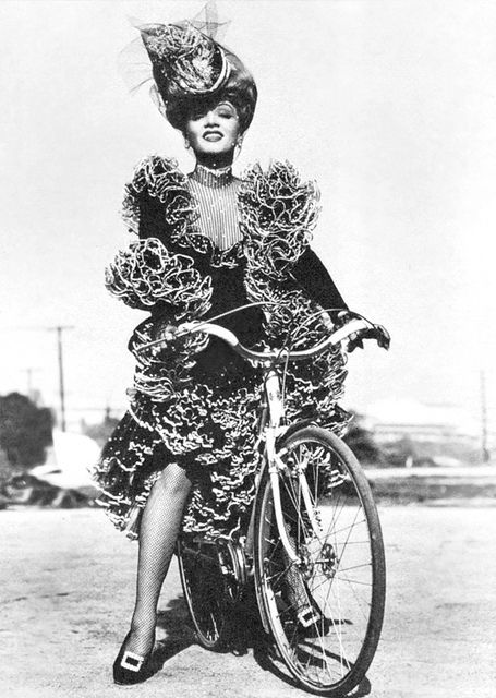 """Marlene Dietrich em uma bicicleta, no set de """"Destry Rides Again"""" 1939"""