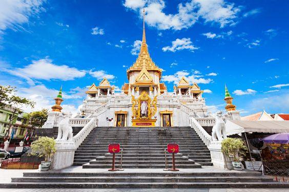 Entrance way to Wat Traimit Bangkok
