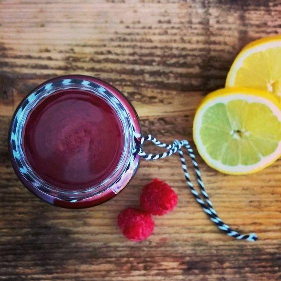 Gezond sappie op zondagochtend voor kleintjes en voor jezelf :) Doe 1 rauwe biet, 3 wortels, 2 appels en een handje frambozen in de blender voor een sapje bomvol vitaminen en mineralen. Een beetje citroensap maakt hem nóg lekkerder. Fijne zondag!  #healthy #breakfast #smoothie #juice #babyfood #toddler #beetroot #raspberry #Apple #lemon #veggie