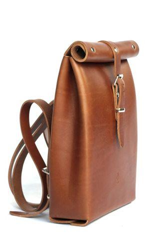 Entre cartera y mochila, sencillo, conciso, con el toque original del cierre enrollado. Clásico y actual, con la calidad del material como protagonista