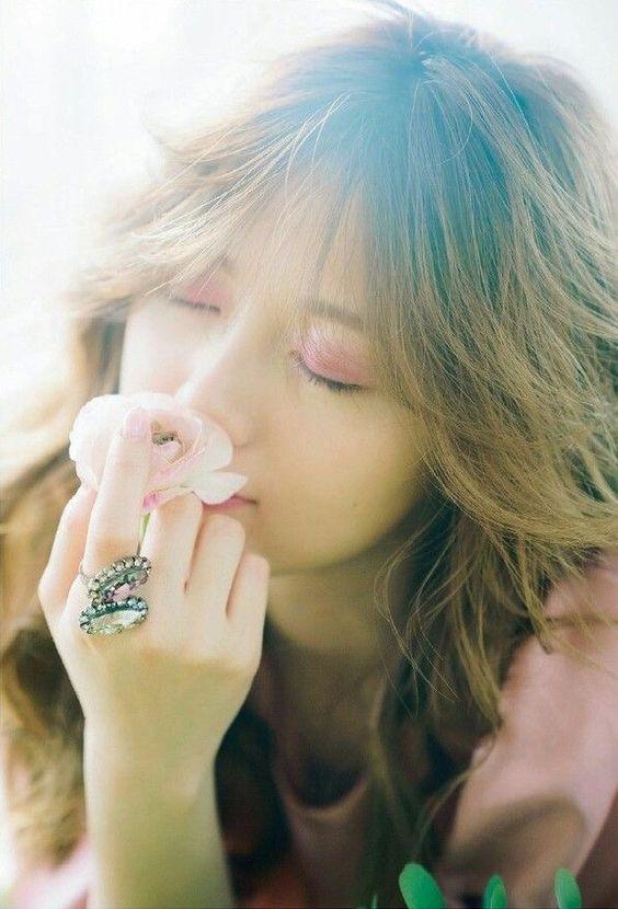 お花の匂いをかぐ白石麻衣