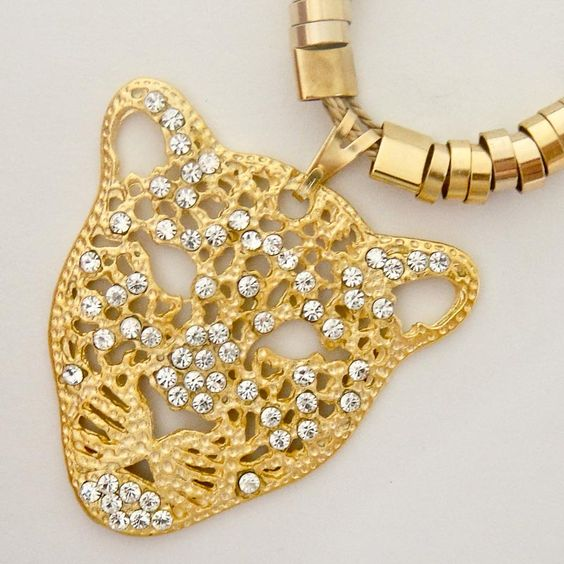 Colar de palha e metal: onça salpicada de strass. #necklace #jewerly