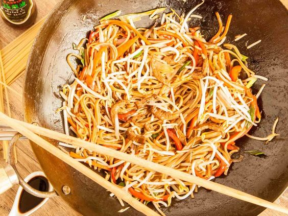 Chow mien de ternera con espaguetis al huevo y brotes de soja