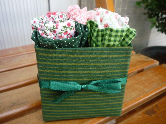 Botões de flores em tecido na caixinha reciclada.Sugestão de lembrancinha ou arranjo de mesa.